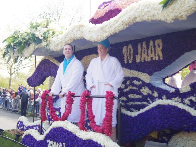 4月のオランダといえば、花のパレード!!!をキューケンホフで見てきました。<br />でも何だかちょっとヘンテコな花車ばかりで、色んな意味で楽しめました。<br />これから花のパレードを見に行かれる方の何かお役に立ちますように。<br /><br />ちなみに2012年は4月21日でした。<br />公式ホームページに何時にどこを通過するか詳細があるので便利です〜。<br />キューケンホフには15時すぎに到着してましたよ。<br /><br />★ちなみに、こちらの一人旅日記は、<br />●ドイツ(ヴュルツブルグ→ローテンブルグ→ニュルンベルク→ミュンヘン→フッセン→ノイシュヴァンシュタイン城→アウグスブルグ→マンハイム→ハイデルベルグ→マインツ→トリーア)<br />↓<br />●ルクセンブルグ<br />↓<br />●ベルギー(リエージュ→ルーヴァン→ブリュッセル)<br />↓<br />●オランダ(ロッテルダム→アルクマール→キンデルダイク→キューケンホフ→ライデン→デルフト→ユトレヒト→デン・ハーグ→アムステルダム→ザーンセ・スカンス→→フォーレンダム→マルケン)<br />↓<br />●デンマーク(コペンハーゲン)<br /><br />の旅の一部です。良かったら、他の旅も見てください。