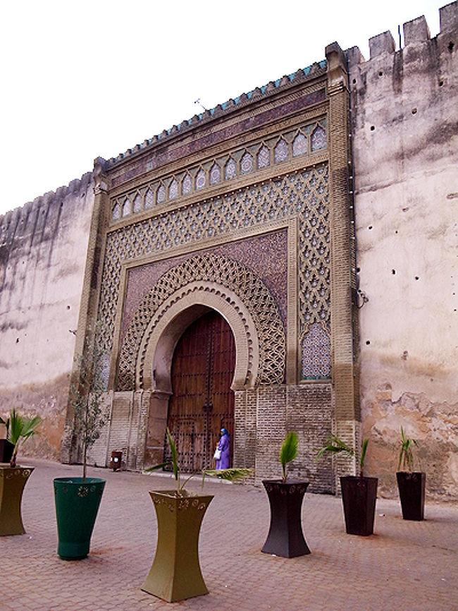 モロッコの古都メクネスを訪問しました。<br />ここは、17世紀にモロッコの王朝を繁栄させたムーレイ・イスマイルが築いた都です。<br />ローマ遺跡を破壊して石を持ち去ったとか、異教徒を弾圧した残虐な君主であったとか、何かと評判の悪いスルタンですが、さすが権勢を誇っただけあり、彼が残した見事なイスラム建築を見ることができます。