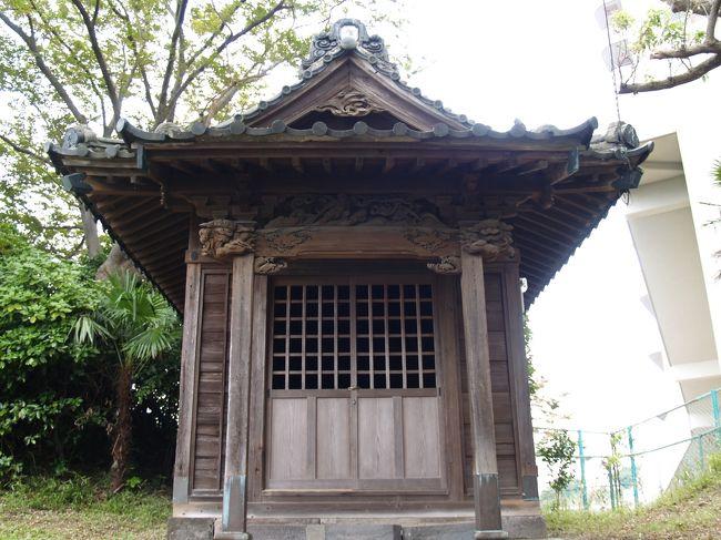 神奈川県横須賀市東浦賀1に鎮座する津守稲荷神社は文政9年(1826年)に創建された。津守の津は港を意味し、船守稲荷神社と対をなす稲荷社であろう。<br /> 八雲神社の標識がある小路に入ると直ぐ左に石段が見える。八雲神社はお寺に見えるからこちらが八雲神社かと思って上った。社殿名は見付らなかったが、これは津守稲荷神社である。津村稲荷神社とか船守稲荷神社と間違ってしまうようなWebがある。特に、横須賀市のWeb(http://www.city.yokosuka.kanagawa.jp/2490/uraga_walk/higasi6.html)では船守稲荷神社と錯綜している。<br />(表紙写真は津守稲荷神社社殿)