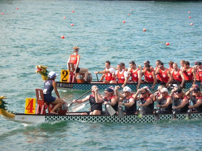 ビクトリアハーバーのチムサアチョイ・イースト地区のウォーターフロントで開催されたドラゴンボート祭りです。約120の地元チーム、約30の国際チームのエントリー。 ボートの長さは、11.66m。20名のパドラーと1名のドラム、1名の舵がメンバーとなります。龍の頭と尾がついた船頭、ドラマーの太鼓のリズムに合わせて、速さを競います。<br /><br />