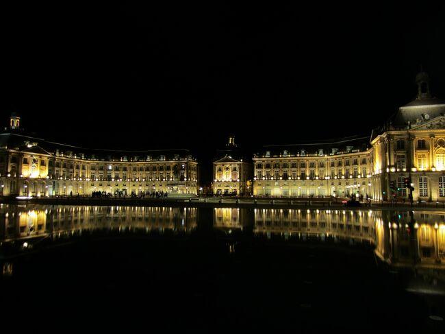 パリ滞在のついで(!?)に、<br />どうしても寄りたかった、ボルドーで一泊。<br />パリからTGVで3時間ちょいです。<br /><br />ちょっと前にTVの世界ふしぎ発見!でやってて<br />どうしても水鏡に立ちたかったのです!!!・・・そんな理由。<br /><br />やっぱり行ってよかった。世界遺産。<br /><br /><br />素敵な「月の港」です。