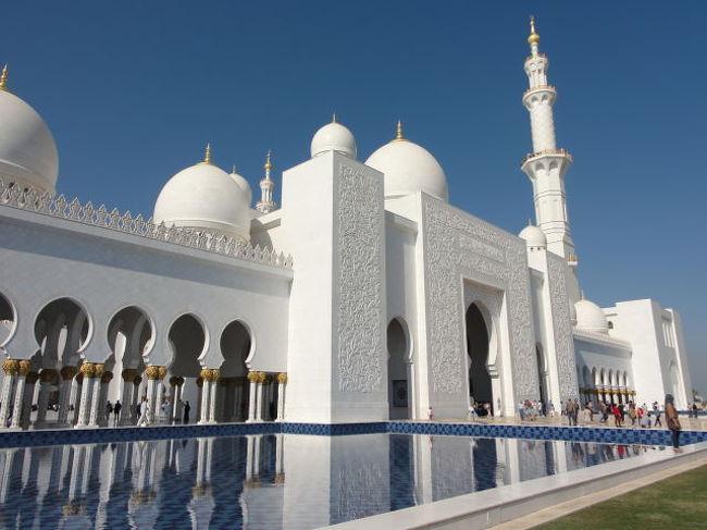 UAE(アラブ首長国連邦)アブダビに行ったらここははずせない。<br /><br />アブダビ郊外の砂漠の真ん中にある2007年に竣工した巨大な宗教建築、Sheikh Zayed Mosque(シェイク・ザイード・モスク)。<br />大きさは世界第3位とか。<br /><br />宗教施設と思えないような贅沢な調度品。広さはサッカー場3面分。<br />スワロフスキーの豪華なシャンデリアや世界最大サイズといわれる大きさのギネスに載ったカーペット、壁の彫刻など、どうやって建物に収納したのか不思議に思います。<br /><br />また、日中の外観は空の青と建物の白のコントラストが最高です。<br /><br />ドバイから1時間かけてこの施設の見学のためにゆく価値は充分にあります。<br /><br />是非もう一度訪れたい施設の一つです。<br /><br />女性が拝観するときには、アバヤ(チャードル?とも)と呼ばれるアラブ人女性の外出着、黒い色の民族衣装を借りて着ることがイスラム教の規則になっていますのでこのとき写真の撮影も可能です。<br />買って帰っても日本で着る予定のない方はこれで充分かもしれません。<br /><br />(ご参考まで)<br /><br />< https://www.youtube.com/watch?v=jdL49BHC3fA ><br />< https://www.youtube.com/watch?v=eEVmmOmU1oE >