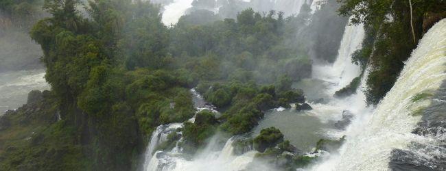 アルゼンチン・・イグアスの滝、あっちに...