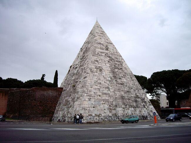 初めて訪れたローマ。<br />ローマ市内の定番を中心に巡ります。<br />古代ローマの面白さにハマるきっかけとなった旅です。<br />           <br /> 【1】サン・ピエトロ大聖堂       <br /> 【2】コロッセオとフォロ・ロマーノ   <br /> 【3】オスティア遺跡          <br />>【4】ローマ市内遺跡巡り        <br />                     <br />ーーーーーーーーーーーーーーーーーーーーー<br />【4】オスティアからローマ市内に戻ったのはまだ14時過ぎ。<br />早いのでこれから市内の遺跡を巡ることにします。<br />アウレリアヌス城壁からカラカラ浴場、チルコ・マッシモを通ってパンテオンまで北上しました。<br />翌日帰国の日にテルミニ駅近くのディオクレティアヌス浴場跡を見て遺跡巡りを締めくくります。<br /><br />※古代ローマ遺跡に興味のある方はぜひ下記のサイトもご覧ください!<br />ピラミデ~古代ローマはエジプトかぶれ(イタリア)<br />http://roman-ruins.com/pyramide/       <br />ーーーーーーーーーーーーーーーーーーーーー<br /><br /> 【1】3/21(土)成田発         <br />     (21:55発 エールフランス277便)<br />           =ローマ着     <br />    3/22(日)サン・ピエトロ大聖堂  <br /> 【2】3/23(月)コロッセオ       <br />         フォロ・ロマーノ    <br /> 【3】3/24(火)オスティア       <br />>【4】   サン・セバスティアーノ門から<br />       ローマ市内に入り遺跡巡り  <br />    3/25(水)ディオクレティアヌス  <br />                 浴場跡 <br />       サンタ・マリア       <br />       ・デッリ・アンジェリ教会  <br />       ローマ発          <br />    3/26(木) 成田着