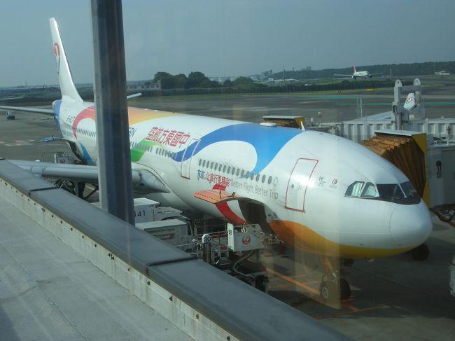 本当はビジネスクラスに乗りたかったのですが(見栄?)余りにもエコノミークラスが安かったので、結局エコノミークラスでバンコクに行って来ました。MU中国東方航空はタイに行く人には余り馴染が無いと思います。上海をベースにした中国の航空会社ですが、元々は中国国際航空と言われいたのですがそれが幾つかに分社化され出来た航空会社の一つです。<br />現在、CA中国国際航空の次にメジャーな中国の航空会社では無いでしょうか?<br />10年以上前に中国国際航空に何度か乗りましたが暫く乗った事有りませんでした。余りにもサービスが悪く、機内食も不味く『もう絶対に乗らない!』と思ってましたが今回タイに行く時に航空券の料金を調べていたら最も料金が安かったのがMUでした。エコノミークラスで税金、燃油サーチャージ全部入れても約46000円でした、タイ航空や日本の航空会社は最も安いクラスで予約が出来ても60000円代で連休近くだと安い料金では予約が出来ずもっと高くなります。MUの46000円は、ビジネスクラスに乗る事を思えば半値以下です。<br />と言う事で今回は久しぶりにMU中国東方航空に乗ってみる事にしました。<br />だって1回分の費用で2回旅行に行けますからね!<br />さて久しぶりに乗る中国東方航空のサービスは、どうだったんでしょうか?