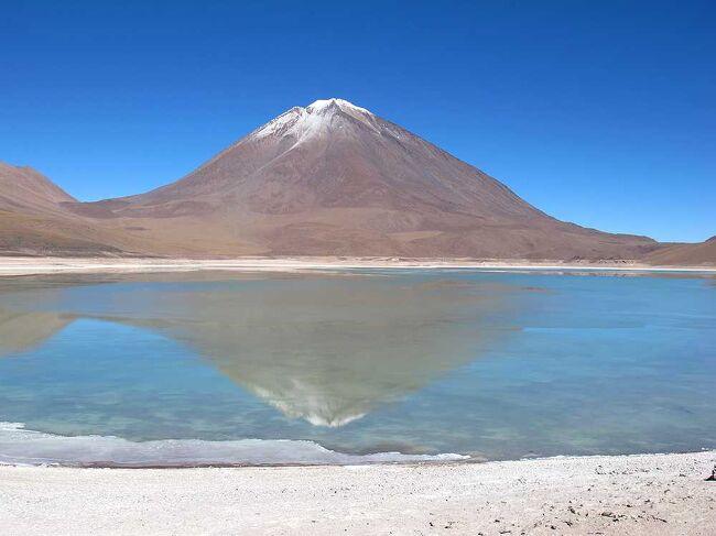 2012年の5月末から50日間で二度目の世界一周をしました。第一作目はボリビア編で、ペルーのプーノからラパスに入り、その後二泊三日のウユニ塩湖ツアーでチリのサン・ペドロ・デ・アタカマまでボリビアを縦断しました。第四部は、二泊三日のウユニ塩湖ツアーの最終日(三日目)の記録です。なお、この旅行記は、ホームページ:団塊夫婦の世界一周絶景の旅 http://www.geocities.jp/greenbambooin の2012年世界一周旅行編にリンクされています。(表紙写真は、ラグーナ・ヴェルデとリカンカブール山)