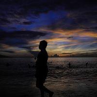 ベトナムダナンで早朝海水浴 地元民であふれる日の出前のビーチ