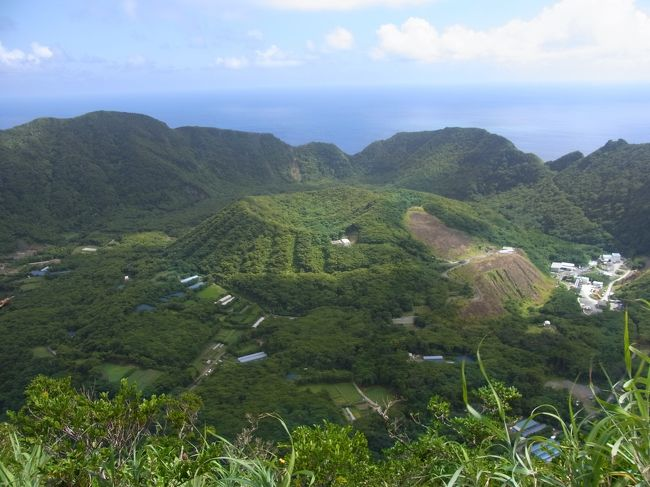 御蔵島へ行った後、伊豆諸島で行き難いもう一つの島、<br />青ヶ島へも行きたくてたまらなくなった。<br />って事で、ヘリの就航率も安定しているという8月で計画しました。<br />三宅島・口永良部島に続き、またまた活火山島です。<br />なんだか今年は活火山に縁があるぞ☆<br />(ってか、私の気分次第?)