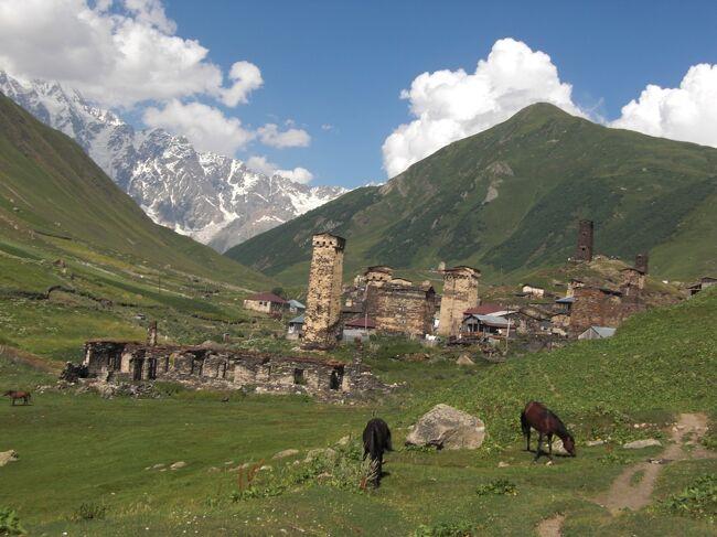 コ−カサスの国の一つグルジア、ロシアとの国境に位置するウシュグリ、メスティアのアルプスのような景色に惹かれ実際に行って自分の目でその光景を見たくなり早速出かけました。<br />そこには美しい自然の中で牛と共に昔ながらの生活をしている人々の姿が見られ、ヨ−ロッパの国とは全く異なった趣がありました。<br />日本からトルコ経由だとビザも必要なく、乗り継ぎもスム−ズでトビリシに到着は午前中なので安心で、この方法を取りました。<br />トビリシ→メスティアは直行ミニバスで約8時間、早朝5時に出発なので午後1時過ぎには到着、メルセデスベンツを使用しているので途中故障も無しで至ってスム−ズ。<br />メスティアまでの行き方としてはこの他にトビリシ⇔メスティアにプロペラ機も就航しているので便利です。<br />ただこのプロペラ機はメスティアの気象条件に依って大いに左右されるのでそれを考慮の上の利用となります。