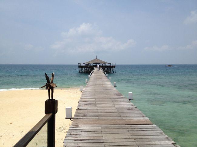 マレーシアのティオマン島にある離島隠れ家リゾートJapamala Resortとシンガポールの話題の大型ホテルMarina Bay Sands。ビーチと都市、静寂と喧噪、日本人ゼロと日本人だらけ、... いろんな意味で好対照な場所を巡ってきました。<br /><br />マレーシアは、15年前にレダン島に行き、美しい海、美しいビーチを堪能しました。久しぶりにマレーシアのビーチに行きたくなり、東海岸の離島リゾートをいろいろ探し、レダン島のThe Taarasとティオマン島のJapamalaにターゲットを絞りました。結局、まだティオマン島には行ったことがないこと、The Taarasは1部屋3人利用がNGだったことなどで、Japamalaに決定。<br /><br />マレーシアに行くなら、15年前にクアラルンプールの人に連れていってもらい、とても美味しい思いをした中華レストランにもいきたいな。<br />帰りには、シンガポールにちょっと寄って、天空のプールで話題のMarina Bay Sandsにも宿泊したいな。<br />ということで、大体のコースが決定。<br /><br />航空券、宿泊などを予約し、こんな日程になりました。<br />9/06 名古屋->成田->クアラルンプール。夜、マルコポーロ・レストランで食事。<br />9/07 クアラルンプール->ティオマン島。ジャパマラ・リゾート滞在。<br />9/08 ジャパマラ・リゾート滞在。<br />9/09 ティオマン島->シンガポール。マリーナ・ベイ・サンズ滞在。<br />9/10 マリーナ・ベイ・サンズ滞在。<br />9/11 シンガポール->成田->名古屋<br /><br />Japamala Resortは思った以上に良かったです。きれいな海、よく手入れされたリゾート、美味しい食べ物、気の利いたスタッフ。たった12室の隔離されたリゾートならではの、のんびり快適な時間を過ごせました。また行きたいです。<br /><br />Marina Bay Sandsの57階のプールは入ってみる価値ありです。サービスが良くないという噂を聞いていたのですが、大きな問題はありませんでした。ただ、やはり観光ホテル的な雰囲気で、日本の屋上露天風呂付きの観光旅館が巨大になったような感じ。今回の滞在で十分満足。もう一度行く必要は無いかな。<br /><br />毎日毎日美味しいものを食べて、太って帰ってきました。<br />