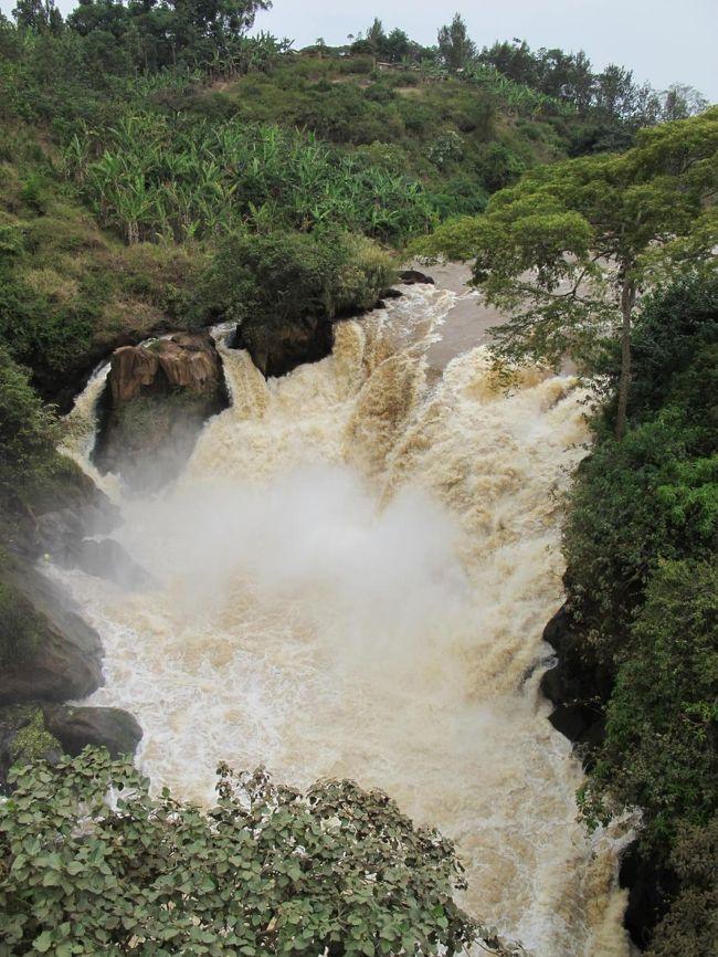 【19日目】<br /><br />今日は、ムワンザからルスモ国境を通ってルワンダの首都キガリに向かいます。<br />未明の3時に起床(&gt;_&lt;)。国境の町ベナコBenakoへは1日1本、0400のバスで出発。<br /><br />ルスモ国境では、このルートを選んだ最大の目的「ルスモ大滝」を堪能!<br />ルワンダに入ってからは、景色が今までとガラッと変わったのには驚いた。<br />夕刻に、キガリのニャブゴゴ・バスターミナルに到着♪<br /><br />--- 【日程】 --------------------------------<br /><br />D1 7/31 関空1400-広州1715、広州1940-ドバイ+0005(中国南方航空)<br />D2 8/01 ドバイ0435-アディス・アベバ0740(エチオピア航空) 【アディス・アベバ】<br />   --- アディス1400-アルバミンチ1505、アルバミンチ1630-コンソ1830(ミニBUS)<br />D3 8/02 コンソ1215-カイ・アファール1500(ミニBUS)【カイ・アファール木曜市】<br />D4 8/03 カイ・アファール0835-ジンカ0950(ミニBUS) 【ジンカ観光】<br />D5 8/04 【ジンカ土曜市】 <br />D6 8/05 【マゴ・ムルシ族集落】往0925-1135、復1210-1450(バイタク)<br />D7 8/06 ジンカ0845ーカイ・アファール0945(ミニBUS)、-トゥルミ1305(バイタク+ヒッチ)<br />   --- 【トゥルミ月曜市】<br />D8 8/07 トゥルミ0840-ディメカ0910(ヒッチ) 【ディメカ火曜市】 <br />   --- ディメカ1350-カイアファール1450(乗合ランクル)、1455-ジンカ1545(トラック)<br />D9 8/08 ジンカ0715-コンソ1010(ミニBUS) 【コンソ観光】<br />D10 8/09 コンソ0800-モヤレ1500(BUS)、-《国境-ケニア》 <br />D11 8/10 &lt;ケニア&gt;モヤレ0830~゙<br />D12 8/11 ~ナイロビ0840(BUS) 【ナイロビ観光&休養】<br />D13 8/12 【ナイロビ観光】 <br />D14 8/13 【マサイマラ・サファリ・ツアー】<br />D15 8/14 【マサイマラ・サファリ・ツアー】<br />D16 8/15 【マサイマラ・サファリ・ツアー】1315-ナロック1635、-キシー1940(ミニBUS)<br />D17 8/16 キシー0925-イセバニア1225(ミニBUS)-《国境-タンザニア》<br />   --- シラリ1315-ムワンザ1900(BUS) <br />D18 8/17 【ムワンザ観光】 <br />D19 8/18 ムワンザ400-ベナコ1315(BUS)、ベナコ1330-ルスモ1345(乗合Taxi)<br />   --- -《国境-ルワンダ》ルスモ1350-キガリ1730(BUS)<br />D20 8/19 キガリ1100-ブタレ(現フーイエ)1400(BUS)【ブタレ(現フーイエ)観光】<br />D21 8/20 ブタレ825-ギコンゴロ0913(BUS) 【ムランビ虐殺記念館】 <br />   --- ギコンゴロ1146-ブタレ1220(BUS)、ブタレ1400-キガリ1607(BUS)<br />D22 8/21 キガリ0900-《国境-ウガンダ》-カバレ1247(BUS) 【カバレ観光】<br />D23 8/22 カバレ0900-0940-カンパラ1730(BUS)<br />D24 8/23 カンパラ1110-エンテベ1210(ミニBUS)【エンテベ】エンテベ-空港(バイタク)<br />   --- エンテベ1725-アディス・アベバ1935(エチオピア航空) <br />D25 8/24 アディス・アベバ1055-ドバイ1530(エチオピア航空) 【ドバイ観光】<br />D26 8/25 ドバイ0140-広州1330、広州1730-関空2200(中国南方航空)