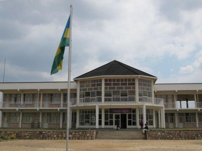 【21日目】<br /><br />昔、連日のように新聞やテレビで報道されていたが、遠い遠いアフリカの事件としか受け止めていなかった。まさか自分がアフリカに来るなんて、ましてそのルワンダに来るとは想像すらしてなかった。<br /><br />あのルワンダ虐殺の記念館が、ここブタレから近い「ギコンゴロ」と言う村近くに設立されている。<br />朝からバスで、ムランビ虐殺記念館Murambi Genocide Memorial Centreへ向かった。<br /><br />*注:地名は、ブタレButareは、フーイエHUYEに、<br />   ギコンゴロGikongoroは、ニャマガベNYAMAGABEに数年前に変更されたそうです。<br />   (町や村の看板、バスの表示等、全て新名称になっていいるが、旧名でも通じます。)<br /><br />--- 【日程】 --------------------------------<br /><br />D1 7/31 関空1400-広州1715、広州1940-ドバイ+0005(中国南方航空)<br />D2 8/01 ドバイ0435-アディス・アベバ0740(エチオピア航空) 【アディス・アベバ】<br />   --- アディス1400-アルバミンチ1505、アルバミンチ1630-コンソ1830(ミニBUS)<br />D3 8/02 コンソ1215-カイ・アファール1500(ミニBUS)【カイ・アファール木曜市】<br />D4 8/03 カイ・アファール0835-ジンカ0950(ミニBUS) 【ジンカ観光】<br />D5 8/04 【ジンカ土曜市】 <br />D6 8/05 【マゴ・ムルシ族集落】往0925-1135、復1210-1450(バイタク)<br />D7 8/06 ジンカ0845ーカイ・アファール0945(ミニBUS)、-トゥルミ1305(バイタク+ヒッチ)<br />   --- 【トゥルミ月曜市】<br />D8 8/07 トゥルミ0840-ディメカ0910(ヒッチ) 【ディメカ火曜市】 <br />   --- ディメカ1350-カイアファール1450(乗合ランクル)、1455-ジンカ1545(トラック)<br />D9 8/08 ジンカ0715-コンソ1010(ミニBUS) 【コンソ観光】<br />D10 8/09 コンソ0800-モヤレ1500(BUS)、-《国境-ケニア》 <br />D11 8/10 &lt;ケニア&gt;モヤレ0830〜゙<br />D12 8/11 〜ナイロビ0840(BUS) 【ナイロビ観光&休養】<br />D13 8/12 【ナイロビ観光】 <br />D14 8/13 【マサイマラ・サファリ・ツアー】<br />D15 8/14 【マサイマラ・サファリ・ツアー】<br />D16 8/15 【マサイマラ・サファリ・ツアー】1315-ナロック1635、-キシー1940(ミニBUS)<br />D17 8/16 キシー0925-イセバニア1225(ミニBUS)-《国境-タンザニア》<br />   --- シラリ1315-ムワンザ1900(BUS) <br />D18 8/17 【ムワンザ観光】 <br />D19 8/18 ムワンザ400-ベナコ1315(BUS)、ベナコ1330-ルスモ1345(乗合Taxi)<br />   --- -《国境-ルワンダ》ルスモ1350-キガリ1730(BUS)<br />D20 8/19 キガリ1100-ブタレ(現フーイエ)1400(BUS)【ブタレ(現フーイエ)観光】<br />D21 8/20 ブタレ825-ギコンゴロ0913(BUS) 【ムランビ虐殺記念館】 <br />   --- ギコンゴロ1146-ブタレ1220(BUS)、ブタレ1400-キガリ1607(BUS)<br />D22 8/21 キガリ0900-《国境-ウガンダ》-カバレ1247(BUS) 【カバレ観光】<br />D23 8/22 カバレ0900-0940-カンパラ1730(BUS)<br />D24 8/23 カンパラ1110-エンテベ1210(ミニBUS)【エンテベ】エンテベ-空港(バイタク)<br />   --- エンテベ1725-アディス・アベバ1935(エチオピア航空) <br />D25 8/24 アディス・アベバ1055-ドバイ1530(エチオピア航空) 【ドバイ観光】<br />D26 8/25 ドバイ0140-広州1330、広州1730-関空2200(中国南方航空)