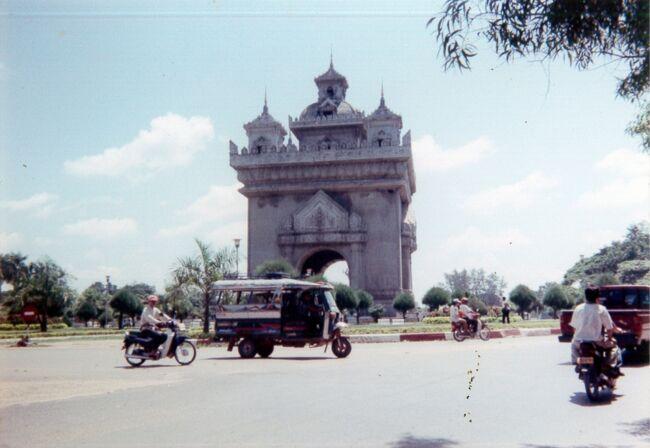 (フィルムのプリント写真を絶賛スキャン中)<br /><br />海の日利用の3連休に向かって、お初の国に行こうと思った。<br />1980年代と違って、査証がやや取りやすくなってきたインドシナ各国へ。<br />ただし、カンボジアはまだどうすれば良いのか不明だったため、比較的査証が取得しやすいラオスへ向かう。<br /><br />とはいえたった3日間、バンコク乗り継ぎでのビエンチャンだけの滞在。情報が少なすぎて何が出来るのか、観れるのかが不明のまま出発する。<br />唯一分かっていた蒸留酒「ラオラーオ」を手に入れること。<br />願いは無事叶えることができた。<br />あと、ビエンチャンに行くまで知らなかった凱旋門の存在。やっぱりここは仏印旧植民地だなーと実感。あとカンボジアにも行かなきゃと決心した旅。(カンボジアも2014年に達成)<br /><br />ちなみにラオラーオは3年がかりで飲みきる。<br /><br /><br />【スケジュール】<br />7月18日(土)関空<タイ国際航空>バンコク<タイ国際航空>ビエンチャン[ビエンチャン泊]<br />7月19日(日)ビエンチャン[ビエンチャン泊]<br />7月20日(月)ビエンチャン<タイ国際航空>バンコク<タイ国際航空>関空<br />