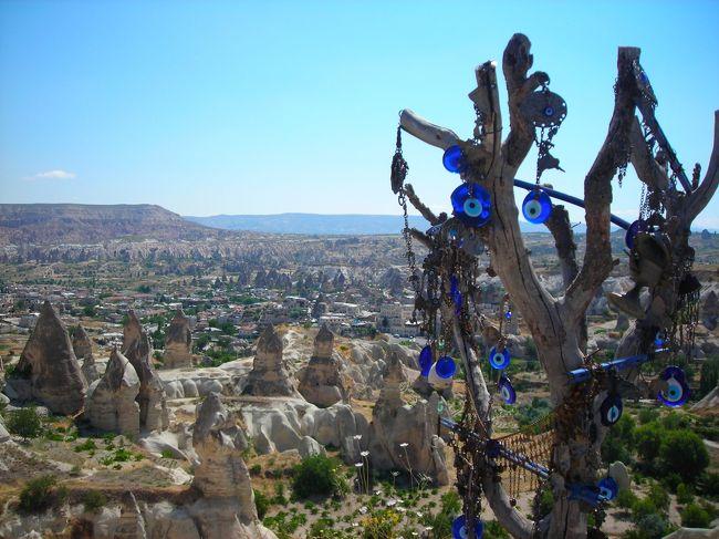 イスラム文化に特に興味があるので、一度は行ってみたかったトルコ。2012年夏、ようやく行ってきました。<br />正直なところ、風景も民族的にも、中近東というよりヨーロッパにずっと近い感じで、思ったほど意外性はなかったけれど、雄大な景色、美しい海、大帝国の栄華を伝えるモスク等々、旅の要素が実に多彩で、世界中から旅行者が訪れるだけのことはある魅力的な国でした。<br /><br />ただしどこも暑かった!地中海沿岸は40度近くにまで上昇。<br />その代わり、夏は雨がほとんど降らないので、旅行が計画どうりに進められてよいというメリットもあります。