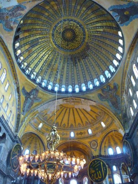 オスマン帝国下でモスクだったアヤソフィア博物館でビザンチン帝国の ...