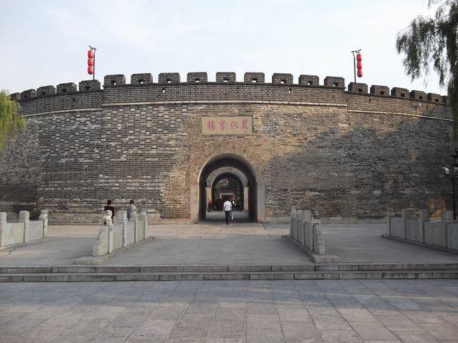 山東省に行ってきました。<br />5日間の旅です。<br />山東省では、泰山と曲阜に訪れました。<br />旅の3日目、曲阜を訪れました。<br />曲阜では、孔廟、孔府、孔林を見てきました。<br /><br /><br />旅の旅程<br /> 9月14日 茨城→上海→(車中泊)<br /> 9月15日 →泰山<br />●9月16日 泰山→曲阜<br /> 9月17日 曲阜→上海<br /> 9月18日 上海→茨城<br /><br />旅費 航空券 28880円(燃油+税込み)<br />   寝台列車 上海→泰山 (硬臥上) 201元<br />   列車   泰山→曲阜 (硬座) 19元 <br />   食費 1万円程度<br />   宿 80元+120元+4000円(ネット予約)   <br />