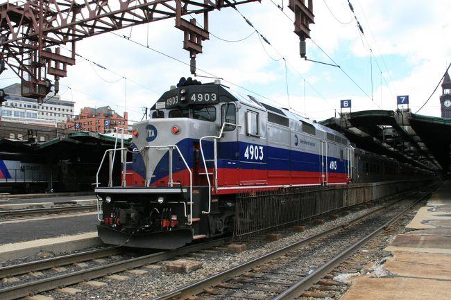 ホーボーケン(Hoboken)駅。ニューヨークにあるグランド・セントラル駅やペンシルバニア駅みたいに、観光ガイドブックには余り紹介されてない、駅である。ハドソン川の西岸にあって川向こうはニューヨーク市マンハッタンである。隣接しているのは、対岸ではウエスト・ヴィレッジやチェルシー、西岸では北のウィーホーケン・コーブやユニオンシティと南西のジャージーシティの間にある。<br /><br />ホーボーケンという名前はジョン・スティーブンス大佐がこの地域一帯の土地を購入した時に付けられた。ホーボーケン駅。市の南東隅にある。デラウェア・ラッカワナ・アンド・ウェスタン鉄道による1907年の建設で、国の史跡にもなっている。ハドソン川の西堤にはかって鉄道とフェリーが連携する地点が5つあったが、現在でもその形態を保つ唯一の地点となった。<br />ニューヨーク・ウォーターウェイ。ハドソン川を渡すフェリーを運航。ホーボーケン駅から14番街のワールド・フィナンシャル・センターとローワー・マンハッタンの第11桟橋、ウォールストリート、およびマンハッタンの西39番街で様々な循環バスに乗り換え可能。ペン駅からNJトランジットで訪れる事も、フェリーを利用して訪れる事も出来る。