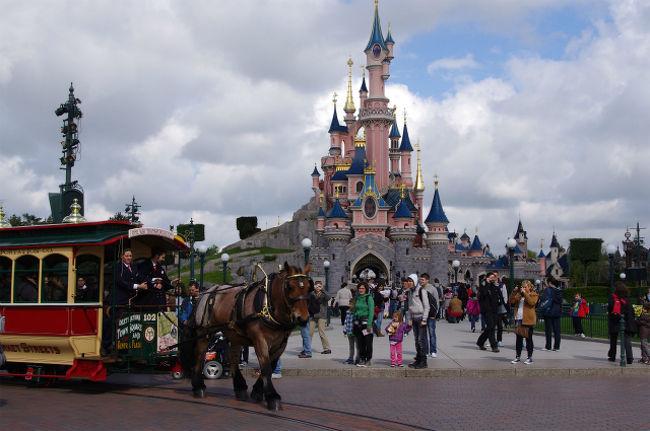 次の行き先はディズニーランド・パリです。<br />フランスにだってディズニーランドはあります。<br />日本のありとあらゆるガイドブックには何故か殆ど乗っていませんけどあるんです。 <br />あるったらあるんです。だから行くんです。 <br /><br />そんな知名度がいまいちな場所の行きかたも合わせて紹介します。