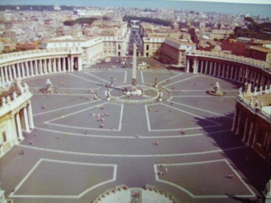 ローマでは世界最小国とはいえ、キルスト教カトリックの総本山バチカン市国にごあいさつ。サンピエトロ広場を中心に大聖堂、バチカン宮殿、システィーナ礼拝堂を廻る。<br /><br />シルクロードの旅は続きます。<br /><br />