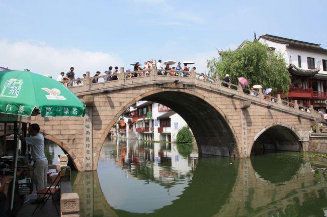 上海旅行2日目<br /><br />上海郊外の蘇州や杭州にも行こうかと考えましたが、今回は時間が全然無かったので、近場で古い町並みを再現した七宝へまずは行くことに<br /><br /><br />その後は、元々食肉解体場で、現在は写真撮影で人気との1933老場坊へ