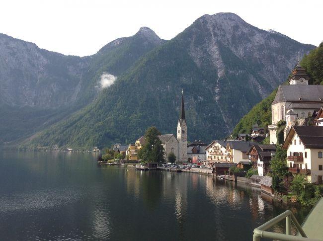 旅も中盤にさしかかってきました。<br />世界一美しいと言われる湖畔の街ハルシュタット。<br />是非この目で見てみたいと思い決めた今回のオーストリア旅行。<br />本当は対岸から船で渡りたかったけど、レンタカーでの旅となったので陸路で街に到着。<br />ここに来るまでは、あまり日本人の観光客に会うことがなかったのですが、やはりここは観光地だけあって、多くのツアーバス、特にアジアからの観光客が沢山来てました。<br />ツアーバスの観光客が帰ったあとの街は、噂どおり静かで美しい街でした。
