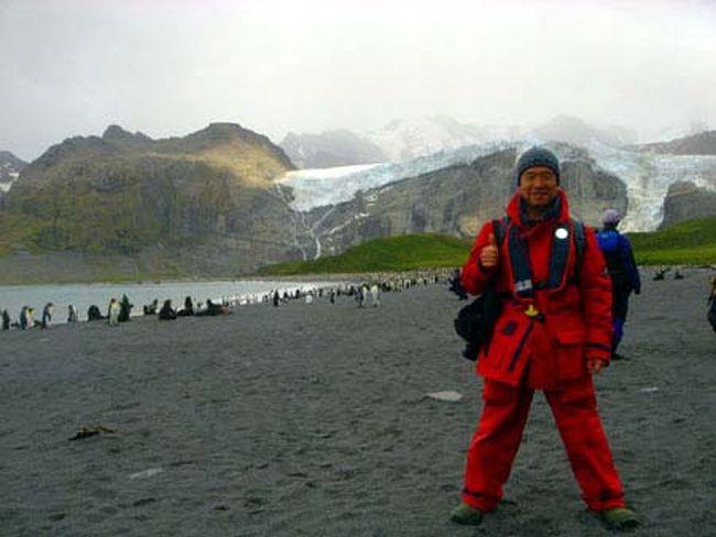 """南極…極地に広がる氷の大陸。<br />地球上で最も過酷な厳寒の大地。<br />そんな南極の特殊で厳しい環境は、人類を初め多くの生物を寄せ付けなかった。<br />しかし、だからこそそこには人類が住むことを許されない状況の中で育まれてきた手付かずの大自然があった!<br />酷寒ながらも南極の環境に適応して生活している現地の生き物たちの姿は生命力の象徴ともいえる。<br />小生は何とかして、その野生の姿をカメラに収めたかった。<br /><br />そんなわけで、長年の念願だった南極クルーズにようやく参加してみた。<br />今回のクルーズでは、南極半島周辺だけでなくフォークランド諸島やサウスジョージア島など、亜南極地域の島々も巡りながら徐々に秘境・南極へと近づいていく冒険心を体感できた。<br />まさに地球上で最後の秘境と呼ぶに相応しい南極地方を訪れて、陸と海で撮影した野生の仲間たち…<br /><br /><br />そのときの写真を、当方のホームページ「アニマル・ワールド」で公開中!<br />アドレス http://animalworld.starfree.jp/ からトップページを開いて、""""世界の動物たち""""をクリック、世界地図上の⑯または、右ウィンドウの亜南極・南極地方をクリックして亜南極・南極地方のページを開いてお楽しみください。<br /><br />この旅行記では、クルーズ中の模様と南極半島に行く直前に上陸したサウスジョージア島の情景などを時系列でお伝えします。<br />"""