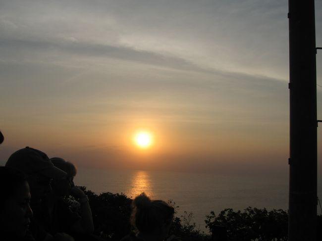 夏休みに旦那とボロブドゥール遺跡を見に行こうと計画。<br />日程があわず、とうとう9月に行くことになりました。<br />H交通社のツアーで。「2人から催行」とあったけどやっぱり2人でした。ラッキー!<br />ジャワ島、バリ島をめぐる5日間のツアーです。<br />バリ島1日のフリータイムはあらかじめ現地の旅行社に寺院めぐりのツアーを予約。<br />バリ島に対するイメージが変わったと夫。<br />バリ島は歴史、遺跡好きの夫も満足できるリゾートでした。<br /> <br />写真はウルワツ寺院のところから見た夕日。<br />9月は乾季だったので雨が降らずに観光にはよかったです。<br />熱さも東京のほうが蒸し暑い感じ。割と過ごしやすかったです。<br />インドネシアは島がいくつもあるのでそれぞれ違いがあって面白そう。<br />コモドドラゴンも見たいし、また来たいところです。<br />