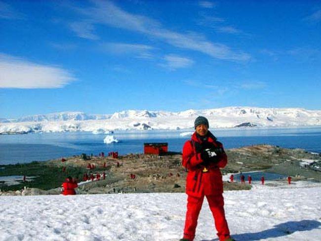 """南極…極地に広がる氷の大陸。<br />地球上で最も過酷な厳寒の大地。<br />そんな南極の特殊で厳しい環境は、人類を初め多くの生物を寄せ付けなかった。<br />しかし、だからこそそこには人類が住むことを許されない状況の中で育まれてきた手付かずの大自然があった!<br />酷寒ながらも南極の環境に適応して生活している現地の生き物たちの姿は生命力の象徴ともいえる。<br />小生は何とかして、その野生の姿をカメラに収めたかった。<br /><br />そんなわけで、長年の念願だった南極クルーズにようやく参加してみた。<br />今回のクルーズでは、南極半島周辺だけでなくフォークランド諸島やサウスジョージア島など、亜南極地域の島々も巡りながら徐々に秘境・南極へと近づいていく冒険心を体感できた。<br />まさに地球上で最後の秘境と呼ぶに相応しい南極地方を訪れて、陸と海で撮影した野生の仲間たち…<br /><br /><br />そのときの写真を、当方のホームページ「アニマル・ワールド」で公開中!<br />アドレス http://animalworld.starfree.jp/ からトップページを開いて、""""世界の動物たち""""をクリック、世界地図上の⑯または、右ウィンドウの亜南極・南極地方をクリックして亜南極・南極地方のページを開いてお楽しみください。<br /><br />この旅行記では、サウスジョージア島から南極半島へ向かうクルーズ中の様子と南極半島や周辺のサウスシェットランド諸島の情景などを時系列でリポートします。<br />"""