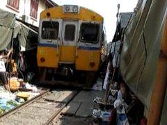 タイ旅行4回目 �メークロン線路上市場