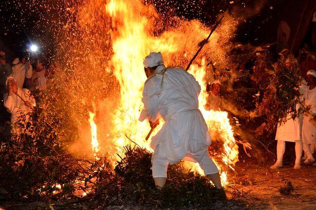起源や由来が不明とされる伝統の火祭り「ケベス祭り」(国選択無形民俗文化財)が、毎年10月14日に国東市国見町櫛来の岩倉八幡社であります。<br /> 独特の面を着けたケベスと白装束の当場トウバが格闘を繰り広げ、飛び散る火の粉をかぶると無病息災がかなうとされる伝統行事です。<br /> 境内に積まれたシダに火がつけられると、笛や太鼓に合わせてケベスらが境内を歩き始めます。ケベスが庭火の中に飛び込もうとすると、当場トウバが押し戻し、3度目の突進で火の中に突入します。このやりとりが3回繰り返されます。<br /> ケベスが通算9回目の突進で火の中に入ると、今度は当場の男たちが燃えるシダの束を棒に刺し、参拝客の頭上に火の粉をまき散らしながら駆け回わります。<br />