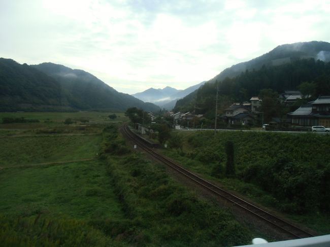 2012年の10月から12月の間に行われている三江線の社会実験。これは日本随一の赤字ローカル線である三江線を増便しようというかなり意欲的な実験なのですが、さらにその方法も列車ではなくバス。これは鉄道マニアとして、そして三江線の凄さを知るものとして乗りに行かねばなりますまい。そういうわけで、実験が始まった2週間後の10/14に、バスで延々江津から三次まで乗車してきたのでした。<br />このページでは江津から石見川本駅まで。<br />さあ、三江線増便バスの旅、始まり始まり?<br /><br />【乗り鉄・乗りバス】【秋の乗り放題パス】<br /><br />◇鉄道の日・秋の乗り放題パス旅行目次◇<br />★が現在地です。<br />(1) 1日目-1 山陰本線(京都-浜田)<br />http://4travel.jp/traveler/planaly/album/10717669/<br />(2) 1日目-2 山陰本線(城崎温泉-鳥取)<br />http://4travel.jp/traveler/planaly/album/10717693/<br />(3) 1日目-3 山陰本線(鳥取-浜田)<br />http://4travel.jp/traveler/planaly/album/10717752/<br />(4) 2日目-1 山陰本線(浜田-江津)<br />http://4travel.jp/traveler/planaly/album/10717761/<br />(5) 2日目-2 三江線社会実験増便バス(5B 江津-石見川本)★<br />http://4travel.jp/traveler/planaly/album/10717766/<br />(6) 2日目-3 三江線社会実験増便バス(5B 石見川本-浜原)<br />http://4travel.jp/traveler/planaly/album/10717781/<br />(7) 2日目-4 三江線社会実験増便バス(7B 浜原-宇都井)<br />http://4travel.jp/traveler/planaly/album/10717789/<br />(8) 2日目-5 三江線社会実験増便バス(7B 宇都井-式敷)<br />http://4travel.jp/traveler/planaly/album/10717791/<br />(9) 2日目-6 三江線社会実験増便バス(7B 式敷-三次)<br />http://4travel.jp/traveler/planaly/album/10717798/<br />(10)2日目-7 芸備線(三次-広島)<br />http://4travel.jp/traveler/planaly/album/10727150/<br />(11)2日目-8 岩国・錦帯橋<br />http://4travel.jp/traveler/planaly/album/11334224/<br />(12)3日目-1 若戸渡船・JR九州支線乗りつぶし<br />http://4travel.jp/traveler/planaly/album/11334225/<br />(13)3日目-2 博多駅ビル屋上庭園・帰宅<br />http://4travel.jp/traveler/planaly/album/11334513/<br /><br />◆全旅行記目次◆<br />http://4travel.jp/traveler/planaly/album/10642746/