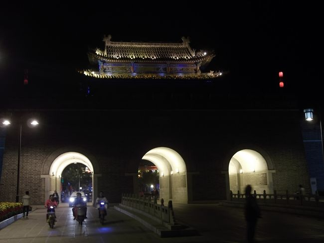 中国、山東省に行ってきました。<br />5日間の旅です。<br />山東省では、泰山と曲阜に訪れました。<br />旅の3日目、曲阜を訪れました。<br />曲阜では、孔廟、孔府、孔林を見てきました。<br /><br /><br />旅の旅程<br /> 9月14日 茨城→上海→(車中泊)<br /> 9月15日 →泰山<br />●9月16日 泰山→曲阜<br />●9月17日 曲阜→上海<br /> 9月18日 上海→茨城<br /><br />旅費 航空券 28880円(燃油+税込み)<br />   寝台列車 上海→泰山 (硬臥上) 201元<br />   列車   泰山→曲阜 (硬座) 19元 <br />   食費 1万円程度<br />   宿 80元+120元+4000円(ネット予約)   <br />