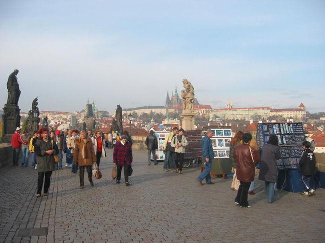 2004年10月末に晩秋のプラハに1泊2日で出かけました。プラハには2007年にも訪れましたが、この時が最初です。ミュンヘンからは当時、高速道路が繋がっていない個所もありましたし、国境で幾分渋滞し待ちましたが4時間ほどで到着しました。プラハは訪れたヨーロッパの街の中では一番、中世の重厚な雰囲気が残ってる所じゃないかと思います。中でもカレル橋からプラハ城に至るルートはやはり一番趣のある街ではと思います。