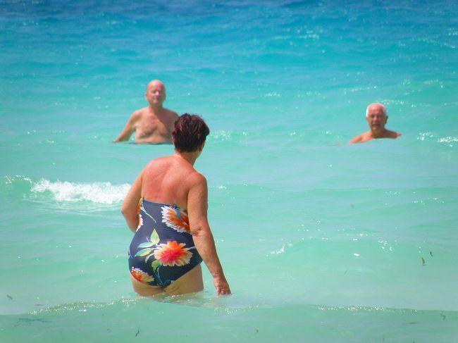 ホワイトビーチだけがビーチじゃない<br />ホワイトビーチは綺麗だけど人が多すぎるとお嘆きの貴兄に・・・<br />他のビーチへ行って見ましょう<br />バンガーボートで色んなビーチを巡るビーチホッピングも良いですが<br />気分次第で自分のペースでビーチを楽しみたい<br />狭い島ですからトライシケルで行けばいいだけです<br />トライシケルでビーチホッピングへ行って見ましょう<br />トライシケルに乗るのは簡単<br />通りで手を挙げてれば止まってくれますw<br />行きたい所を告げれば問題なし、基本的にボッタクリはないでしょう<br /><br />