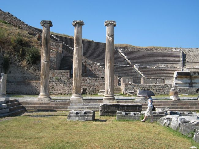 古代ギリシア・ローマからビザンティン帝国、さらにオスマントルコと、世界史の主要舞台でありつづけた彼の地を、なるべくその年代順に訪ねてみたいというのがこの旅のテーマでした。まあ、やはり予定通りにはいかなかったのですが…。<br /><br />まずはエーゲ海寄りの古代遺跡の地、ベルガマをめざします。メンバーは妻と私の二人です。<br /><br />1トルコリラ(TL)≒45円<br />
