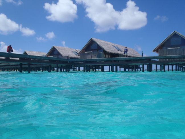 マーレ空港から国内線で90分、赤道を越えたモルディブ最南端・アッドゥ環礁に位置する「シャングリ・ラ ビリンギリ リゾート&スパ、モルディブ」はアジアで高級ホテルを展開するホテルブランドのモルディブ1つ目となるリゾートです。<br /><br />島一周歩いて約2時間というモルディブの中では極めてビッグサイズのこのリゾート、島の中には3つの湖やゴルフコース(9ホール)もあるという、他おリゾートにはないユニークなリゾートの詳細をレポートいたします!