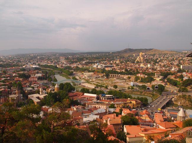 国境を1分歩いて渡れば別世界!せっかく覚えた片言のアルメニア語と全くもって異なるグルジア語、国民気質も違えば食文化も町の空気の温度湿度すら。<br /><br />今回めぐったコーカサス諸国の町の中で最も相性ばっちりだったのがダントツで首都トビリシ!こんなにもコンパクトで可愛くて濃密濃厚、多分ひと月いても毎日かわらず心地良かったはず。美食あり温泉あり。トビリシの数日分をまとめてギュギュっと。