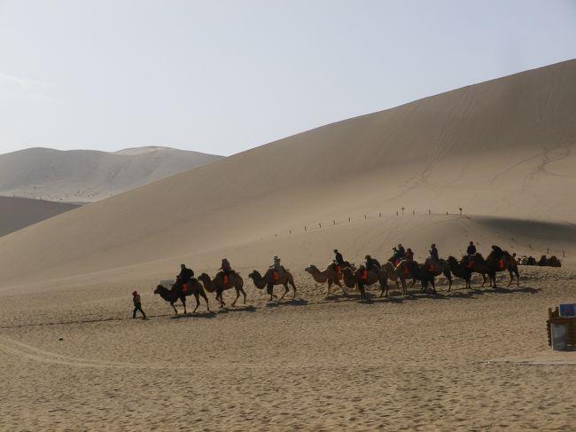 26日、昼食後、映画敦煌のロケ地「敦煌古城」の観光後、市街から約5kmにある鳴沙山・月牙泉に。<br /><br />鳴沙山・月牙泉入口からカートを利用して砂漠近くまで移動して、砂漠を歩いたり、三日月形の泉附近歩いたりした後、ラクダに乗って入口まで戻りました。<br /><br />砂漠を楽しんだ後は夕食をレストランでして敦煌夜市とバザールを散策してホテルに戻りました。<br /><br />