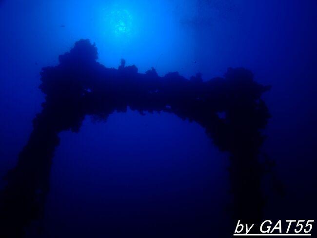 22日~27日までトラック諸島で計15本潜ってきました。<br />23日の1本目は特設運送船 愛国丸。<br />排水量10437㌧ 全長160.8m 速力20.9ktの大型貨客船。<br />大阪商船が南アフリカ航路へ投入するために建造し1941年(昭和16年)年8月31日に竣工し、翌日9月1日に日本海軍に徴用され、一度も商用航海することなく特設巡洋艦として戦争に突入。<br />南太平洋及びインド洋での通商破壊戦に従事し、1943年(昭和18年)10月1日付で特設運送船になり輸送任務に従事。<br />1944年(昭和19年)2月1日にトラックに入港、そして2月17日~18日のトラック空襲(作戦名ヘイルストーン)に参加した空母艦載機の攻撃を受け爆弾の命中と撃墜した艦載機が船橋に激突し火災が発生し前部倉庫の弾薬類が大爆発を起こし、船員10数名と便乗した警備隊400近くの方が戦死者しデュブロン島(旧名 夏島)の東、水深70mの海底に水平状態で沈没。<br />黙祷の後、急速潜行開始。<br /><br />69年前の戦場へトラック諸島でDIVE!~特設運送船 愛国丸(AIKOKU MARU)~<br />http://4travel.jp/travelogue/10908847<br />71年前の戦場へトラック諸島でDIVE!水深51mの世界!! ~特設運送船 愛国丸(AIKOKU MARU)~<br />http://4travel.jp/travelogue/11039599