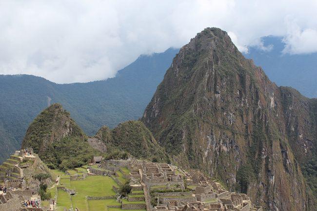 いつかは行きたいと思っていた南米ペルー。ナスカの地上絵、天空都市マチュピチュ、クスコの街並み、チチカカ湖、大都市リマ・・・。<br /><br />それぐらいしか知らなかったが、行ってみて想像以上に良かったです。また行きたい国がひとつ増えました。<br /><br />4日目は、オリャンタイタンボを早朝に発ち、列車ビスタドームでマチュピチュ村へ。明日まで心行くまでマチュピチュの遺跡を見学できる。というのも宿を遺跡の入り口にあるサンクチュアリー・ロッジにしたから。<br /><br />遺跡は壮大でずっと見続けていても飽きることのないものでした。初日は、遺跡を2回ほどゆっくり見て回りました。日本人もそれなりにいましたが、各国からあの景色を求めてきている人が大勢いらっしゃいました。<br /><br />難点は、トイレが遺跡の入り口外側にしかないことでしょうか?<br />