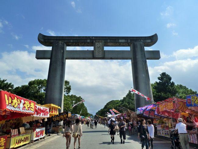 福岡へ帰郷して落ち着いてきた頃、どこか行こうかなぁ~と<br />ウェブでチェックしていたところ、近くの筥崎宮で<br />放生会(ほうじょうや)というお祭りが行われていることを発見!<br />しかも明日まで! おぉー、ラッキ~♪<br />早速翌日に行ってみることにしました。<br /><br />この日はバスで向かいましたが、母親から<br />「現金は面倒だからこれを使えば?」とnimocaカードを渡されました。<br /><br />しかし、バスに乗るのも何年ぶりだろう・・・。<br />乗ってすぐにいつも通り整理券を取ります。<br /><br />しばらく乗ってて、「あれ? nimocaってどこから乗車したか、<br />どうやって分かるんだろう?」といまさら疑問。 <br />次の停留所で乗車する人を観察すると、<br />nimocaを整理券とは別の機械にかざしている。 くぅ~、これかっ!<br />気付かんやった~! (><)<br /><br />またもや失敗! まったくもって日本の生活は浦島太郎状態。<br />バス1つ乗るのにnimocaも使えないとは・・・。 <br />結局現金で支払いました。 トホホ・・・。(←死語? 笑)