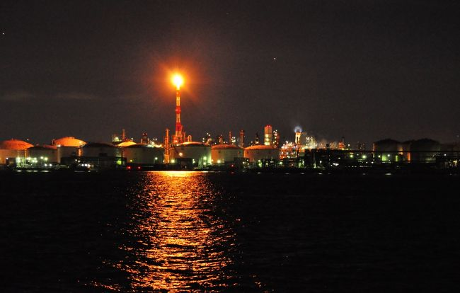 私の職場は川崎市の端っこ、東扇島にあります。<br />この東扇島、扇島、浮島は京浜工業地帯でして、今では船から夜の工場を観るクルーズがある程、工場夜景が人気なスポットです。<br /><br />わたくし、もう十数年ここに通っていますが。何故に今まで撮ろうと思わなかったのか?<br />それは恐らく、残業時間に帰る車の中から毎日の様に輝く工場の煙突やパイプ類を観ながら帰って来るので、それが被写体となるなんて思わなかったんです(笑)<br /><br />そして、先日ついに工場夜景デビューしました!<br />しかし、それはあまりにも痛すぎるデビュ。。。