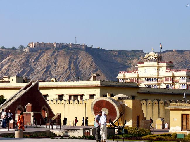友人に誘われて、思ってもいなかったインドに行ってきました。<br />行き先はゴールデン・トライアングルと呼ばれる、デリー・ジャイプール・アグラの3都市です。<br />世界遺産・タージマハルを含む6つの世界遺産を巡る、実質5日間の旅です。<br />行く前はかなり不安だったのですが、体調も壊さず元気に帰ってきました。<br />私にとっては驚きと発見に満ちた旅でした。<br />あらためて日本の素晴らしさを認識しました。<br />写真は シティパレスにて<br />