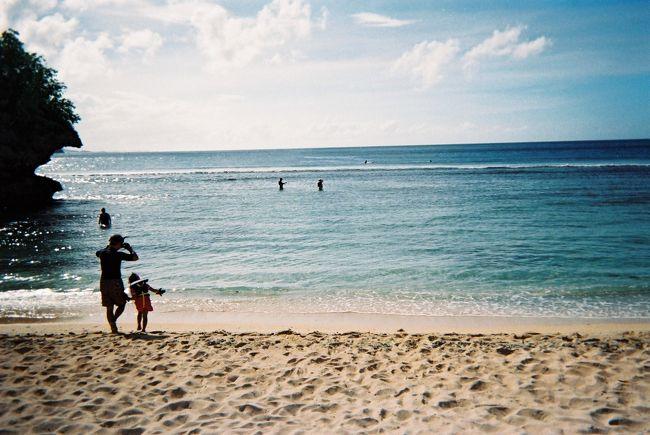 幼なじみ3人でグアムに行ってきました。初めてのビーチリゾート・海に入るのも10年以上ぶり…でしたが、思った以上に楽しかった!地元チャモロの人々は子どもがそのまま大人になったような、茶目っ気たっぷりな方が多かったのが印象的でした。食べて遊んでショッピングして…いままで経験したことのないリゾートの良さを実感する旅となりました!(最後の最後でおまけの初体験もありましたが…)<br /><br />飛行機とホテルがセットになったフリープランのツアーを利用しました。<br />11/30 11:05 関空発 UA176→15:40 グアム着<br />12/01 イルカウォッチング・半日ココス島ツアー参加<br />12/02 半日島内観光参加<br />12/03 07:10 グアム発 UA137→10:10 関空着<br />