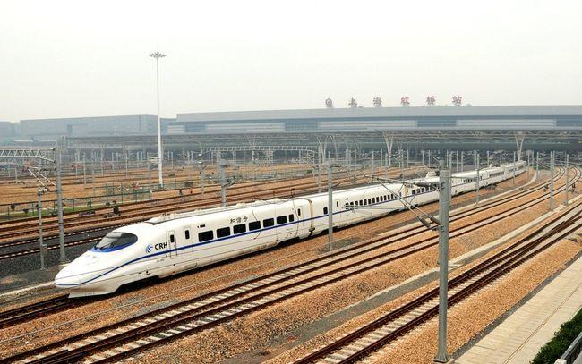 せっかく中国に来たから、一度中国の新幹線を体験しようと考えていた。杭州が近いし、景色もよさそうし、杭州へ行ってみようか。<br />上海虹橋駅発⇔杭州駅着のチケットを買いました。日本で購入するぼがなかなか難しいので、JUNトラベル株式会社のチケット代行購入サービスを一度利用してみたんだ。結構便利なやりとりでした。出発日、便名、個人のパスポート写しなどの情報を提出したら、向こうが発券してくれますね。駅のチケット売り場でその予約番号と自分のパスポート写しを両方提出したら、紙質のチケットをもらえます。チェックインする時、その紙質のチケットを自動改札口に入れたら、簡単通れますよ。地下鉄と一緒だ。昔より結構便利になった。