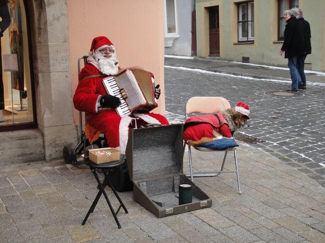 <br />ずっと行きたいと思っていた、ヨーロッパのクリスマスマーケットに行ってきました!<br /><br />旅行中、ヨーロッパは例年以上の寒波に襲われ、連日の吹雪で観光は大変でしたが、それでも雪景色の旧市街は冬らしい雰囲気に包まれ、クリスマスマーケットは活気にあふれていました。<br /><br />今回は、飛行機のチケットとホテル、それに4日分のジャーマンレイルパス(2人用)を日本で手配していきました。<br /><br />Vol.2は旅の3日目、ドイツ最大といわれるニュルンベルクのマーケットの記録です。ニュルンベルクでは最後に少々問題が発生しましたが、それも終わってみれば思い出の一つです。<br /><br />≪旅程≫ ☆はクリスマスマーケットです。<br /><br />・1日目:成田→フランクフルトへANA直行便利用。☆フランクフルト【フランクフルト泊】<br />・2日目:トリーア、☆ハイデルベルク観光。【フランクフルト泊】<br />・3日目:早朝ニュルンベルクへ移動。☆ニュルンベルク、☆ローテンブルク観光。【ニュルンベルク泊】<br />・4日目:早朝ミュンヘンへ移動。☆バンベルク、☆ミュンヘン観光。【ミュンヘン泊】<br />・5日目:リンダーホフ城、オーバーアマガウ観光。【ミュンヘン泊】<br />・6日目:☆ザルツブルク観光。夜ミュンヘン→成田へANA直行便利用。【機内泊】<br />・7日目:成田到着。<br /><br /><br />                                   ≪1ユーロ≒約109円≫<br />