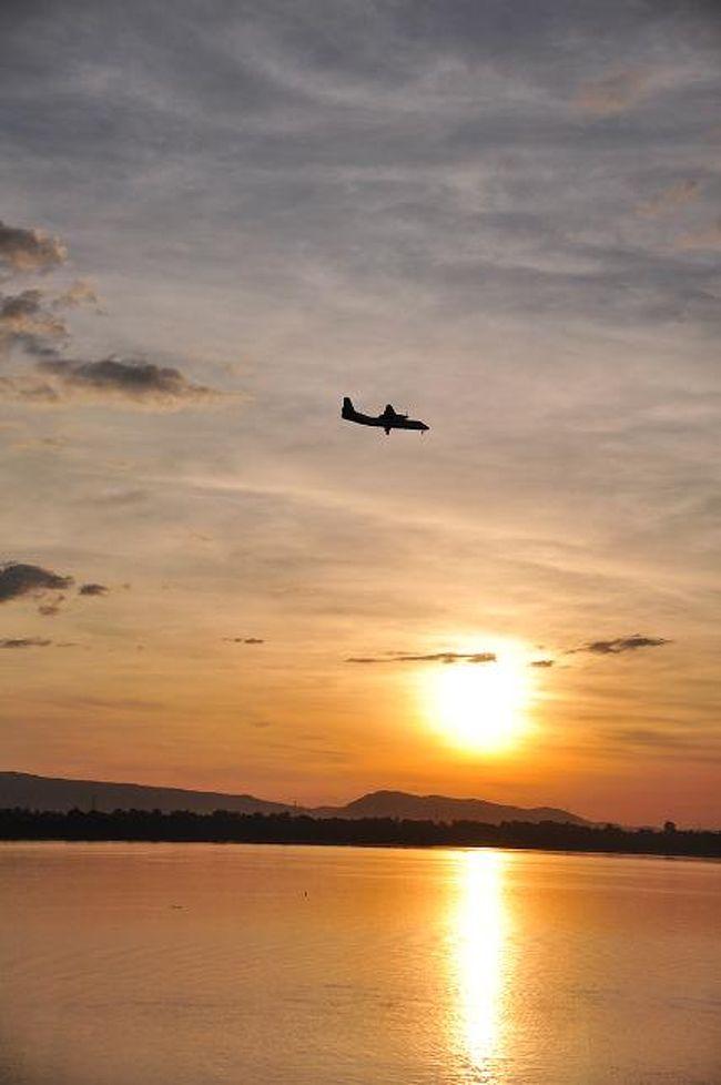 年末年始、ラオス南部を旅してきました。<br />パクセーから、シーパンドーン(4000の島)、チェムパーサック、ワットプー回ってパクセーへ戻ってきました。<br /><br />まずは飛行機でビエンチャンからパクセーへ。<br />市内(ゲストハウスが集まってる付近)から空港までのトゥクトゥク代は40,000kipは取られるそうだが、流しのをつかまえて乗り合いで行くと20,000kipほどで行けた。<br /><br />先週のルアンパバンで飛行機に乗り遅れ痛い目にあったので、今回は1時間前にはチェックインを済ませる。<br />パクセー行きのフライトはほぼ満席。70分のフライトにもかかわらず、機内食の朝ごはんがでた。<br /><br />☆ビエンチャン⇔パクセーの航空券<br />Lao AirlineのHPより購入、往復253.40USドル<br /><br />☆パクセーの宿<br />Sabaidy 2 guest house<br /><br />☆レート<br />1Kip=0.01円(2012年12月現在)