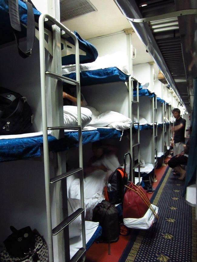 初めての温州!<br />行きは寝台列車に乗って上海から出発。<br />久しぶりの寝台列車の旅です。<br /><br /><br /><br />K8401 上海南23:40→温州10:05(予定) 寝台180元<br />フライト 温州14:00→上海14:55 370元(税込)<br /><br />★★ 温州旅 スケジュール ★★<br />6/29 K8401 上海南23:40→(車中泊)<br />6/30 温州10:05着 (温州泊)<br />7/01 温州14:00→上海14:55<br /><br /><br />★★ 温州旅日記 6/29〜7/1 ★★<br />1★寝台列車に乗って…上海から温州へ<br />http://4travel.jp/traveler/blue_tropical_fish/album/10742310/<br /><br />2★中洋折衷の町並み!五馬街へ<br />http://4travel.jp/traveler/blue_tropical_fish/album/10742326/<br /><br />3★江心嶼で素敵な洋館を発見♪<br />http://4travel.jp/traveler/blue_tropical_fish/album/10742561/<br /><br />4★古い町並みにメイド喫茶?路地裏さんぽ<br />http://4travel.jp/traveler/blue_tropical_fish/album/10742952/<br /><br />5★小道を抜けると市場が…そして五月天諾亞方舟温州演唱会<br />http://4travel.jp/traveler/blue_tropical_fish/album/10743028/<br /><br />6★立ち退き迫られる旧市街、市民の憩いの場海壇公園、中山公園と中山紀念堂<br />http://4travel.jp/traveler/blue_tropical_fish/album/10743323/
