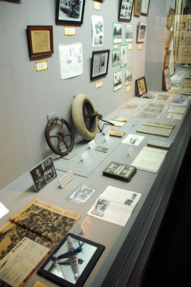 我が町八幡市は、エジソン所縁の竹だけではなく、飛行機の歴史にまつわる大切な人物に由来する神社『飛行神社』もあるンです。<br />以下、八幡市観光協会のWEBより抜粋。<br /><br />飛行神社は、大正4年(1915)、航空界のパイオニア、二宮忠八が八幡市八幡土井の自宅邸内に創建したのが起こりである。 忠八は、慶應2年(1866年)6月、愛媛県八幡浜に誕生。独学で作った凧は、独創的かつ奇抜で「忠八凧」と呼ばれた。明治20年(1887)12月、丸亀歩兵連隊に入隊。四国山岳地帯で演習中、烏が残飯を求め滑空する姿に興味を示し、空を飛ぶ機械の発明に大きなヒントとなった。以後、研究を重ねて明治24年(1891)4月29日、日本人初のゴム動力による「カラス型飛行器」の飛行に成功。次に人の乗れる玉虫型飛行器を考案に着手。明治26年(1893)に設計を完了し、軍で研究開発してもらおうと願い出たが却下され、独力完成を決意。資金を貯え、自力で飛行機開発の条件が整った明治33年(1900)、京都府八幡町に土地を求め、開発に努力していたところ、明治36年(1903年)12月17日、ライト兄弟が飛行機を完成させ、飛行に成功したとの報を聞くことになった。忠八は無念の涙を流し、「飛行機を作ったとしても真似という評価しか受けない」と製作を断念したという。<br /><br />参拝は、午前9時から午後5時まで。<br />資料館の見学は午前9時から午後4時まで。入館料300円。<br /><br />【住所】 八幡市八幡土井44 <br />【電話番号】 075-982-2329<br />【WEBSITE】http://www.enrichen.co.jp/hiko/<br /><br />と言うことで、資料館にも入ってきましたので、その中を中心にご紹介しましょう♪