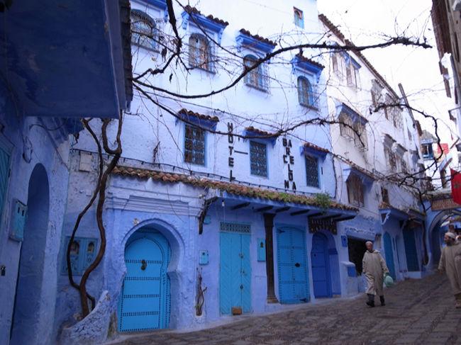 フェズから車で3、4時間。山間の小さな街、シャウエン(正式にはシェフシャウエンといいます)。ここを何よりも有名にしているのは、街中の建物が青く塗られていること。ただでさえ迷路のようなメディナの中が、さらに幻想的に見え、シャウエンファンはとっても多いのです。写真で見る通りのおとぎ話のような世界、シャウエンの街を歩いてきました。